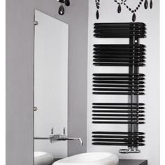 Stylowy, czarny grzejnik drabinkowy do modnej łazienki. #grzejniki #drabinkowe #łazienkowe #aranzacje