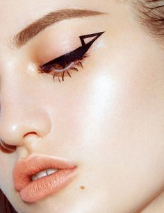 A graphic eyeliner look that's ready to make an entrance, turn heads, and party hard.