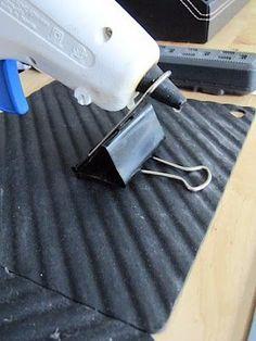 hot glue gun tips - check out this clever rest to replace a lost one! - hot glue gun tips – check out this clever rest to replace a lost one! Glue Gun Projects, Glue Gun Crafts, Diy Crafts, Craft Room Storage, Craft Organization, Klebepistole Halter, Diy Deco Rangement, Glue Gun Holder, Diy Glue