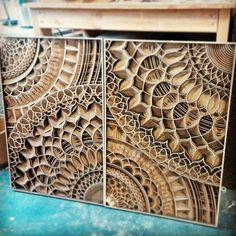 Gabriel Schama est un artiste américain qui sculpte le bois au laser avec une précision à couper le souffle. Chaque pièce est une œuvre incroyable, faite de courbes, de formes, de motifs fins et réguliers demandant une technique très maîtris&e...