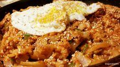 김치볶음밥,  kimchi fried rice Yeah~ this is my favorite Korean kimchi cuisine! I put kimchi, green onion, tuna, garlic and fried well for 5mins. Ok, let's eat this together.  Smell so kimchi~~~ and great   맛있는 김치볶음밥을 먹어보아요. ♡  #kimchi #friedrice #Koreafood