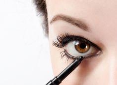 Apesar de melhor amiga das mulheres, a maquiagem pode se tornar uma vilã da beleza e resultar em um look envelhecido. - Veja mais em: http://www.vilamulher.com.br/beleza/maquiagem/5-erros-de-maquiagem-que-te-envelhecem-642883.html?pinterest-mat