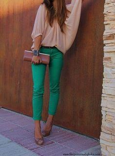 Бирюзовая блузка, персиковая юбка, бежевая сумка, бежевые туфли или босоножки