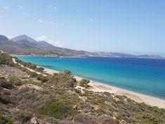 Milos wordt vooral geroemd vanwege de spectaculaire kustlijn. Deze is grillig en vol grotten en inhammen, en uiteraard grenzen hieraan stranden, sommige van fijn zand en andere met kiezels. Milos telt er in totaal maar liefst 75! #Milos #Melos #Griekenland #Reizen #Travel #Cycladen #Strand #Beach Water, Travel, Outdoor, Gripe Water, Outdoors, Viajes, Destinations, Traveling, Outdoor Games