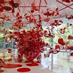 """Tunga @ Inhotim Entre trilhas margeadas por lagos e fontes, essa espécie de """"museu no meio do mato"""" compreende sete galerias de mil metros quadrados, uma delas inteiramente dedicada ao artista Tunga, um dos mais valorizados na arte contemporânea. Dele, o museu mineiro tem duas gigantescas instalações, como a celebrada True rouge (um lindo emaranhado de rede de pescar, tubos de ensaio, utensílios de limpeza e líquido vermelho)."""