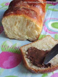 Un morceau de levure fraîche qui traîne dans le réfrigérateur, voilà une excellente excuse pour tester cette brioche classique, que l'on trouve en boulangerie et que j'ai dégoté pour ma part chez ma copine Nad. Une mie moelleuse et filante, avec un peu... Bread And Pastries, Yeast Bread, French Food, Coco, Croissant, Banana Bread, Biscuits, Sweet Tooth, Tasty