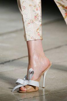 Miu Miu Spring 2015 Ready-to-Wear volta da mule Miu Miu, Shoes 2015, Fashion Week 2015, Fashion News, Kids Fashion, Fashion Trends, All About Shoes, Sneaker Heels, Stilettos