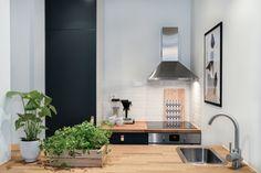 Une adorable mini-cuisine ! Avec ses 5 m², cette toute petite cuisine largement ouverte sur la salle de séjour est fonctionnelle et aérée.