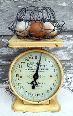 Primitive Kitchen Cabinets, Old Kitchen, Country Kitchen, Vintage Kitchen, Kitchen Ideas, Kitchen Designs, Country Living, Objets Antiques, Old Scales