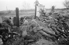 Советские бронебойщики готовятся к отражению атаки на южной окраине Воронежа [15]