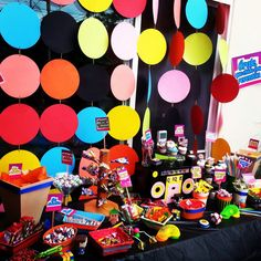 80's 90's party. Theme party. Mesa de postres. Candy bar. Backdrop. Candy Station