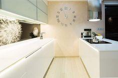 Detailem, který zatím upoutal snad každou návštěvu, jsou nástěnné hodiny v kuchyni.