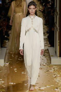 Inspiré de Mariano Fortuny et de sa célèbre robe 'Delphos', mais aussi du Venise du XXème siècle, le défilé Valentino haute couture printemps-été 2016 brillait par son romantisme. Défilant, pieds nus, coiffées de serpents en or, les tops semblables à des nymphes portaient en particulier de nombreuses robes immaculés. Des modèles haute couture que l'on imagine facilement se prêter à l'exigence pur luxe d'une mariée.