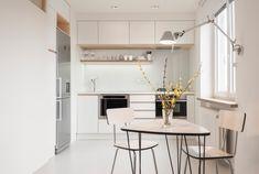Kuchyň je opět v duchu kombinace bílé s detaily z březové překližky. Díky umístění chladničky do niky vznikla prostorná místnost(spotřebiče Baumatic, dřezová baterie Novaservis, La Torre Toner Tech, cena 4799 Kč) - ProŽeny.cz