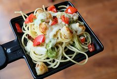 Raclette and Pasta: for an easy, quick and festive meal! Fondue Raclette, Raclette Recipes, Confort Food, Cooking Stone, Surf And Turf, Pesto, Sliced Potatoes, Feeding A Crowd, Gourmet