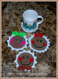 These smiling gingerbread coasters can also be uaes as Christmas tree ornaments, gift tags and be attached to all sorts of Holiday. Dog Christmas Gifts, Christmas Coasters, Christmas Projects, Christmas Tree Ornaments, Xmas, Christmas Crochet Patterns, Holiday Crochet, Crochet Gifts, Free Crochet