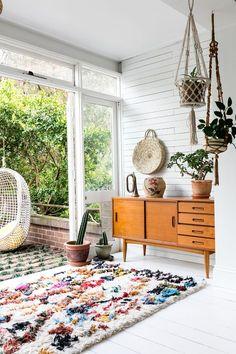 Cozy, colorful nook: moroccan berber rug, plants & macramé.