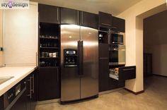 Pełna zabudowa ściany w kuchni - lodówka, piekarnik, ekspres