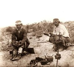 Mapuches tomando mate mientras se asa la carne, en La Pampa, Argentina (ca.1890) - AGN