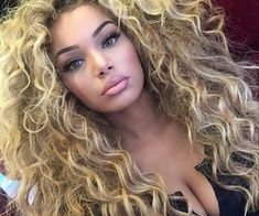 Discovered by ♚. Find images and videos about girl, beautiful and pretty on We Heart It - the app to get lost in what you love. Big Curly Hair, Colored Curly Hair, Curled Hairstyles, Pretty Hairstyles, Vrod Harley, Sexy Curls, Photographie Portrait Inspiration, Gorgeous Eyes, Love Hair