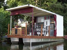 Erlebnisreiche Hausbootferien in Brandenburg und Berlin Floating Dock, Floating House, Boat Dock, Pontoon Boat, Beautiful Tree Houses, Party Barge, Shanty Boat, Boat Interior, Castle House