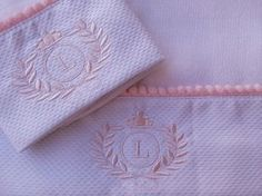 Kit+fralda+de+boca+(+31x31cm+)+++fralda+de+ombro+(+53x65cm+)+100%+algodão+com+barrado+de+piquet+bordado+guirlanda+com+inicial+do+nome+e+acabamento+de+bolinhas+rosa++na+parte+de+cima+do+barrado.+Obs:+A+cor+do+bordado+e+do+acabamento+pode+ser+branco+ou+azul. R$ 45,00