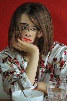 """L'allemand Sebastian Bienek, réalisateur, peintre et surtout photographe, a livré cette année sa série Double Face (""""doubledface""""). Il y met en scène une femme à deux visage, le deuxième étant simplem"""