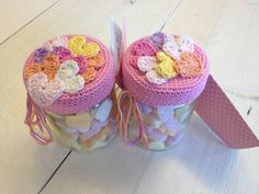 Hartjespotjes haken, een lief klein cadeautje voor iedereen! Crochet Cup Cozy, Crochet Art, Love Crochet, Crochet Gifts, Beautiful Crochet, Amigurumi Patterns, Crochet Patterns, Crochet Jar Covers, Little Presents