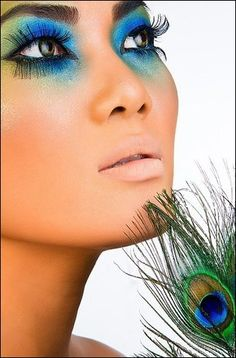 Pfau inspiriert dramatische Augen Make-up-Ideen promlooks Peacock Eye Makeup, Dramatic Eye Makeup, Dramatic Eyes, Pfau Make-up, Peacock Costume, Hallowen Costume, Costume Ideas, Fantasy Make Up, Makeup Samples