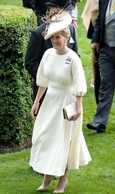 Sophia de Wessex Acto: Ascot 2016 (Reino Unido). Fecha: 14 de junio de 2016. 'Look': La Condesa de Wessex lució un vestido con manga francesa en blanco que combinó con unos salones de charol en 'beige' al tono de su tocado con detalles de plumas