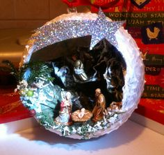 Christmas ball with the Nativity. Created entirely by hand from Teresa, including gift wrapping. Can be hung thanks to built-in satin ribbon or