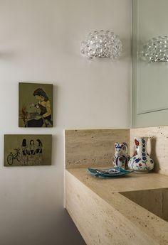 Um toque romântico nesse lavado. Decoração: Marina Linhares. #quadro #moringa #bancada #luminária