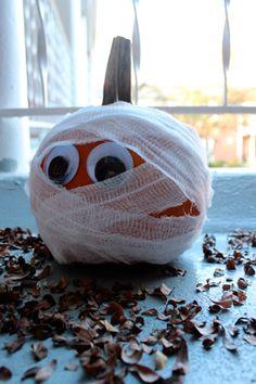 No-carve Halloween pumpkin ideas: Mummy pumpkin. Love!