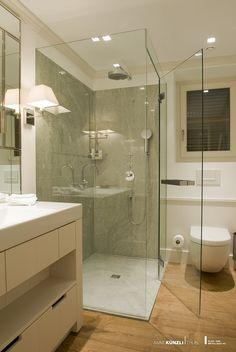 Ganzglasdusche ohne sichtbare Wandbefestigung. Ein Glasschwert verleiht der Konstruktion die nötige Stabilität.  Eine Ganzglasdusche verzaubert die Atmosphäre im Badezimmer. Sie schenkt Klarheit und Frische - und ihre Transparenz ist eine Aussage für modernen Lebensstil.  Ihre Leichtigkeit öffnet Räume zum Träumen. Vom frühen Morgen bis abends spät.  Holzboden/Marmor/Glas/Dusche/Schwellenlos Alcove, Bathtub, Wellness, Bathroom, Marble Jar, Glass Building, Wood Floor, Lifestyle, Mornings