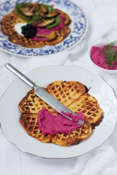 Suolaiset lanttuvohvelit ja punajuurihummus (veg, glut) /  Root vegetable waffles and red beetroot hummus (vegan, gluten-free)