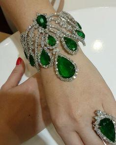 Astounding Jewelry Accessories Jewlery Ideas Unique Tips: Resin Jewelry Vintage minimalist jewelry brands. Emerald Jewelry, High Jewelry, Resin Jewelry, Diamond Jewelry, Antique Jewelry, Vintage Jewelry, Jewelry Accessories, Jewelry Design, Emerald Bracelet