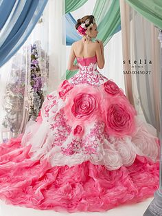 Add panache to your bridal look in a flattering summer wedding dress. Go through our tips to know what to look for while buying a summer wedding gowns. Ball Dresses, Bridal Dresses, Wedding Gowns, Ball Gowns, Prom Dresses, Dresses Uk, Fabulous Dresses, Beautiful Gowns, Pretty Dresses