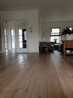 Europees Eiken Multiplank, 22cm breed.   Verouderd, 17e eeuws gerookt/Wit geolied.  Gelegd op vloerverwarming. Timber Flooring, Kitchen Flooring, Interior Design Living Room, Living Room Decor, Cape Style Homes, Refinishing Hardwood Floors, Classic House, New Homes, Sweet Home