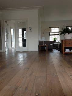 Europees Eiken Multiplank, 22cm breed.   Verouderd, 17e eeuws gerookt/Wit geolied.  Gelegd op vloerverwarming. Kom voor meer info naar onze winkel in Tilburg of bel 013-5362828. #eiken #verouderd # wit #geolied #vloerverwarming