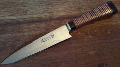 Huberman n* 29. Cabo de rodajas de cuero y acero inoxidable con detalle y pomo de ébano. Hoja de acero al carbono de 15 cm.
