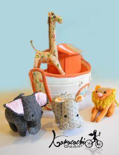 Arca de Noe en tela. La arca tiene compartimento para guardar a los animalitos. Pedido kurucuchi@gmail.com