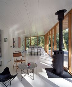 The timber of the raft folds around the internal space, continuing upward into the ceiling, ending as a large cantilevered canopy. Little Cottages, Cabins And Cottages, Wooden Pillars, Living Etc, Architect House, House On A Hill, Tiny House Design, Large Windows, Interior And Exterior