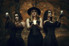 Gothic Photography, Halloween Photography, Photography Poses, Halloween Pictures, Halloween Kostüm, Vintage Halloween, Halloween Costumes, Witch Pictures, Witch Coven