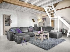 Wie naar een grote en lekker comfortabele hoekbank zoekt, slaagt helemaal met model Tarragona. Naast een fraaie vormgeving en een goed zitcomfort biedt dit model heel veel mogelijkheden om de bank op uw eigen wensen af te stemmen. Zo kunt u kiezen uit diverse elementen zoals een longchair, een 1 zits met eiland (eventueel met opbergruimte), een normale en grote hoek, een 1 - 1,5 - 2 - 2,5 en 3 zits element, een fauteuil, 3 en 2 zitsbank etc.