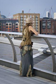 Girl at Millennium Bridge. London 2008 ph volvidejapon