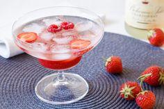 Z domácí malinovku můžete vykouzlit i skvělý koktejl pro dospělé. Stačí malinovka, sekt a krásná sklenička.