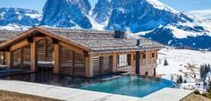 Discover the Fantastic Adler Mountain Lodge on Alpe di Siusi in Trentino Alto Adige surrounded by the snow and the beatiful tradition of Trentino Alto Adige. Chalet Design, Design Hotel, Chalet Style, Hotel Pool, Hotel Spa, Hotel Berg, Porche, South Tyrol, Best Hotels