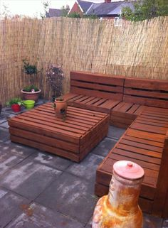 Pallet Corner Settee For Your Reed Fenced #Garden - Spectacular Pallet Patio Furniture Ideas | 101 Pallet Ideas