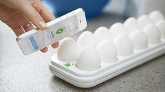 Check met Egg Minder op afstand de voorraad eitjes in jouw koelkast! De Egg Minder geeft trouwens ook met LED indicatie aan welk eitje in de houder het oudste is...   FoodiesFavorites.com ★