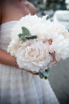 These flowers are huge! (and super-pretty!!)     Photography by lisafarrerweddings.com
